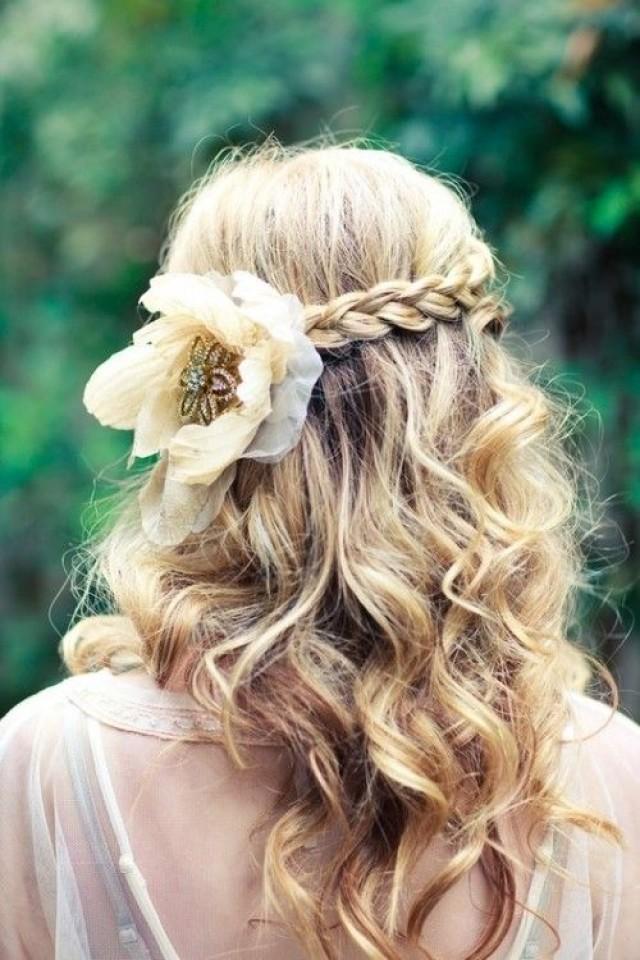 прически с цветами в волосах на каждый день