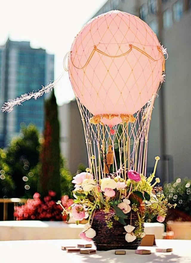 Воздушный шар с корзиной в интерьере