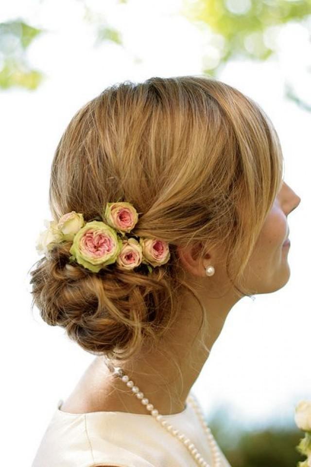 Свадебная прическа на средние волосы с живыми цветами фото