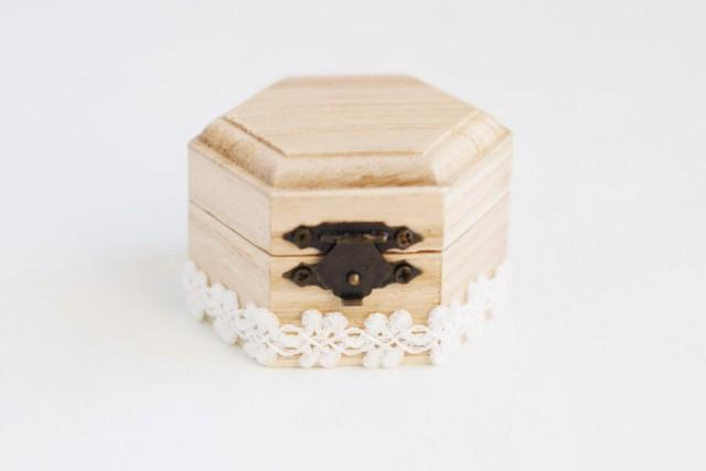 Small hexahedral rustic style wedding box with a white lace trim natural wood ring bearer Style me up fashion trim rings