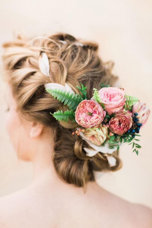 Прически с живыми цветами невесте фото