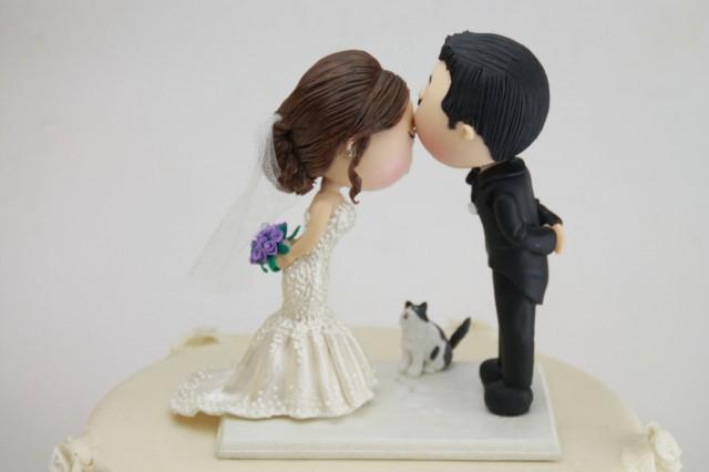 Cute Couple Kiss With Pet Cat Wedding Cake Topper