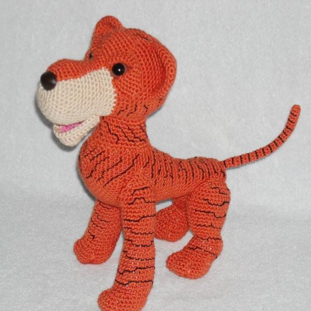 Free Crochet Tiger Amigurumi Pattern - thefriendlyredfox.com   640x640